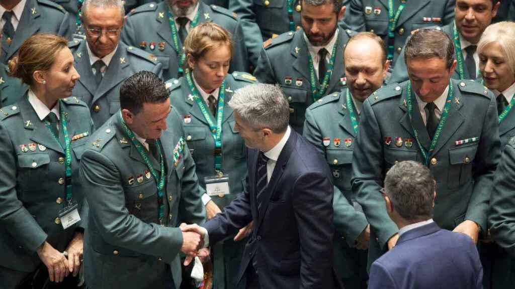 Marlaska saluda a distintos mandos del Instituto Armado.