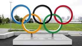 Aros olímpicos en la Villa Olímpica de Tokio.
