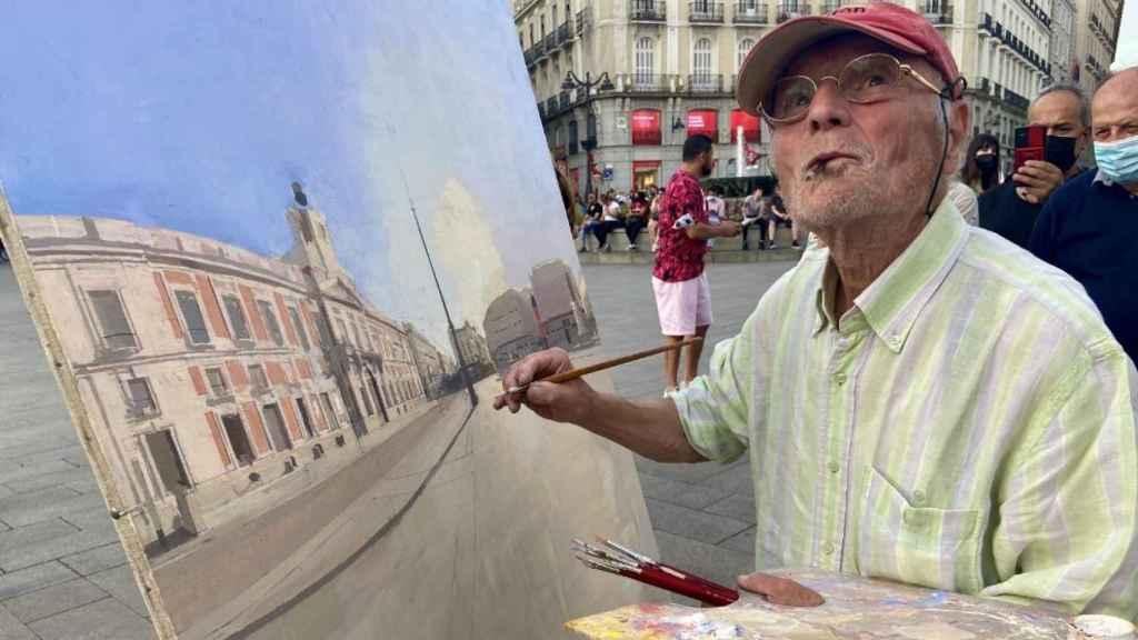 Antonio López pintando en la Puerta del Sol este viernes (Foto: Europa Press)