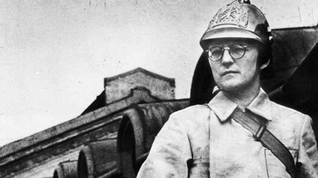 Shostakóvich ataviado con el casco de bombero