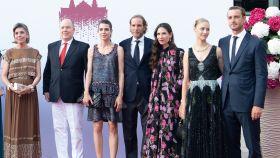 Gran parte de la familia monegasca posando ante los medios de comunicación.