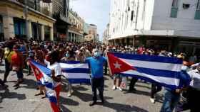 Cientos de cubanos salieron este domingo a las calles de La Habana al grito de libertad.