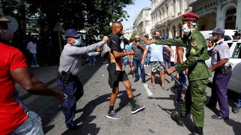 Un manifestante es detenido por la policía.