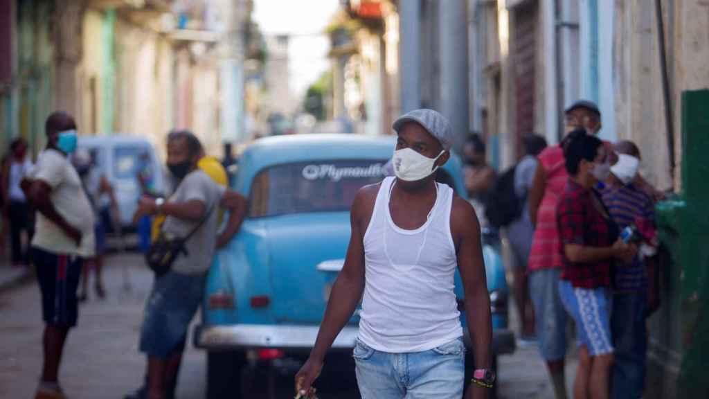 Un hombre con cajas de huevos en La Habana.