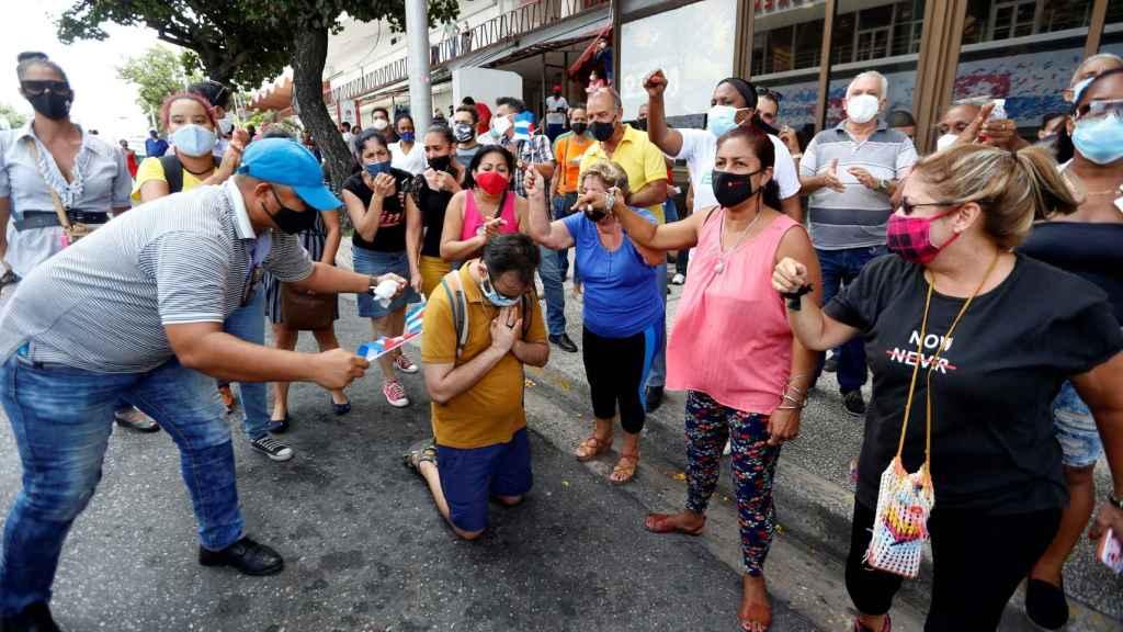 Un grupo de trabajadores del Instituto de Radio y Televisión (ICRT) de Cuba responden a una manifestación frente a su instalación.