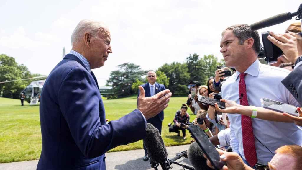 Joe Biden hablando con los medios antes de marcharse de la Casa Blanca.