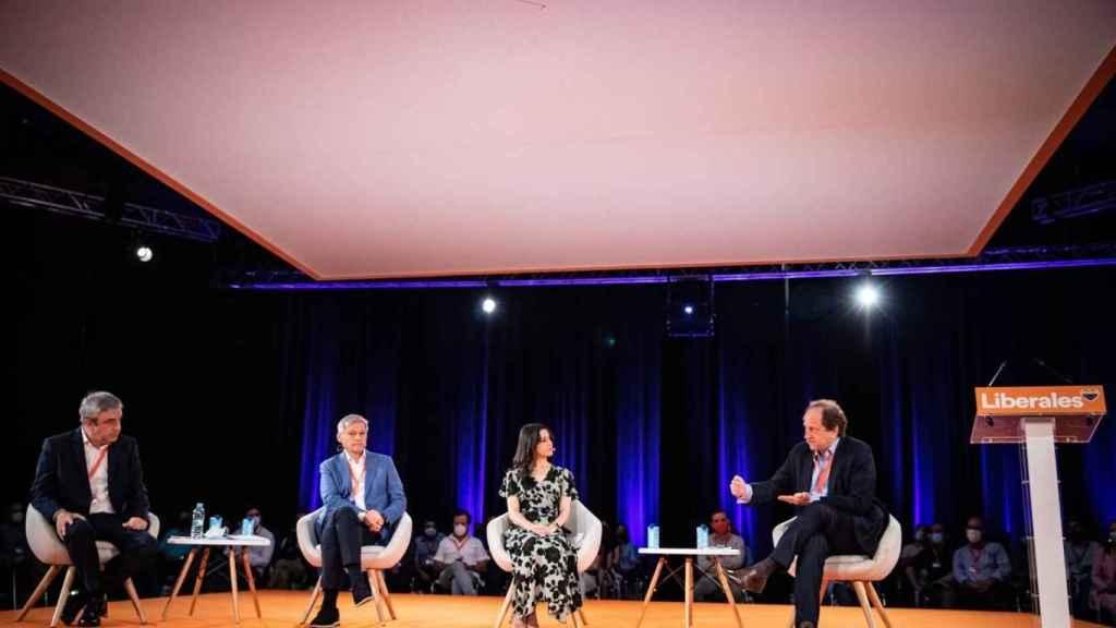 Inés Arrimadas, entre Dacian Ciolos, presidente de los liberales europeos; y Alexander-Graf Lambsdorff, líder liberal alemán.