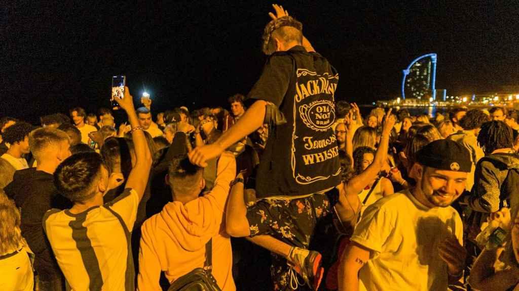 Un grupo de jóvenes de fiesta en Barcelona.
