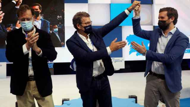 Alberto Núñez Feijóo, proclamado como líder del PP gallego, junto al presidente de su partido, Pablo Casado.