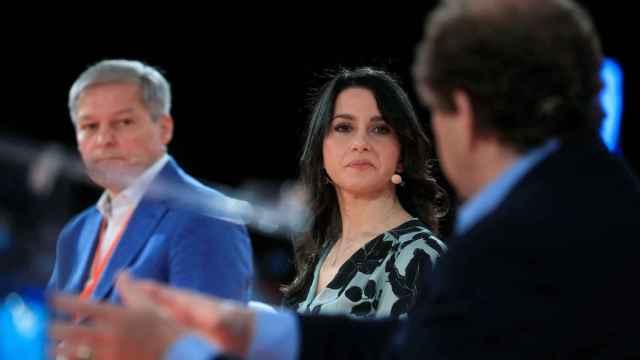 Inés Arrimadas, entre Dacian Sciolos, presidente de los liberales europeos; y Alexander-Graf Lambsdorff, líder liberal alemán.