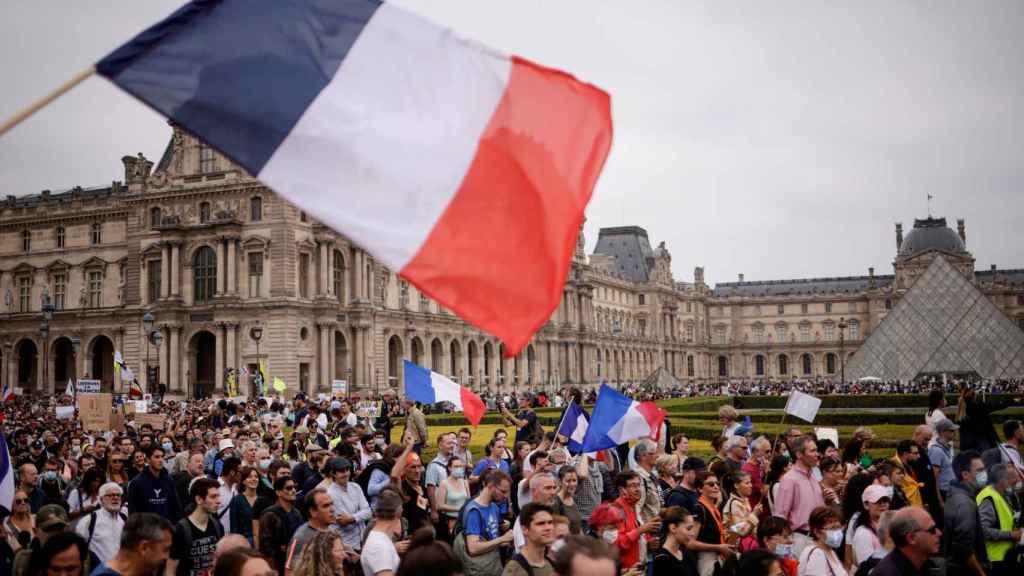 Manifestantes al lado del Museo del Louvre, París.