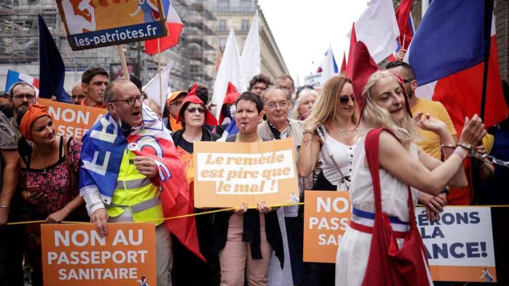 El remedio es peor que el mal, dice un cartel de una manifestante en las calles de París.