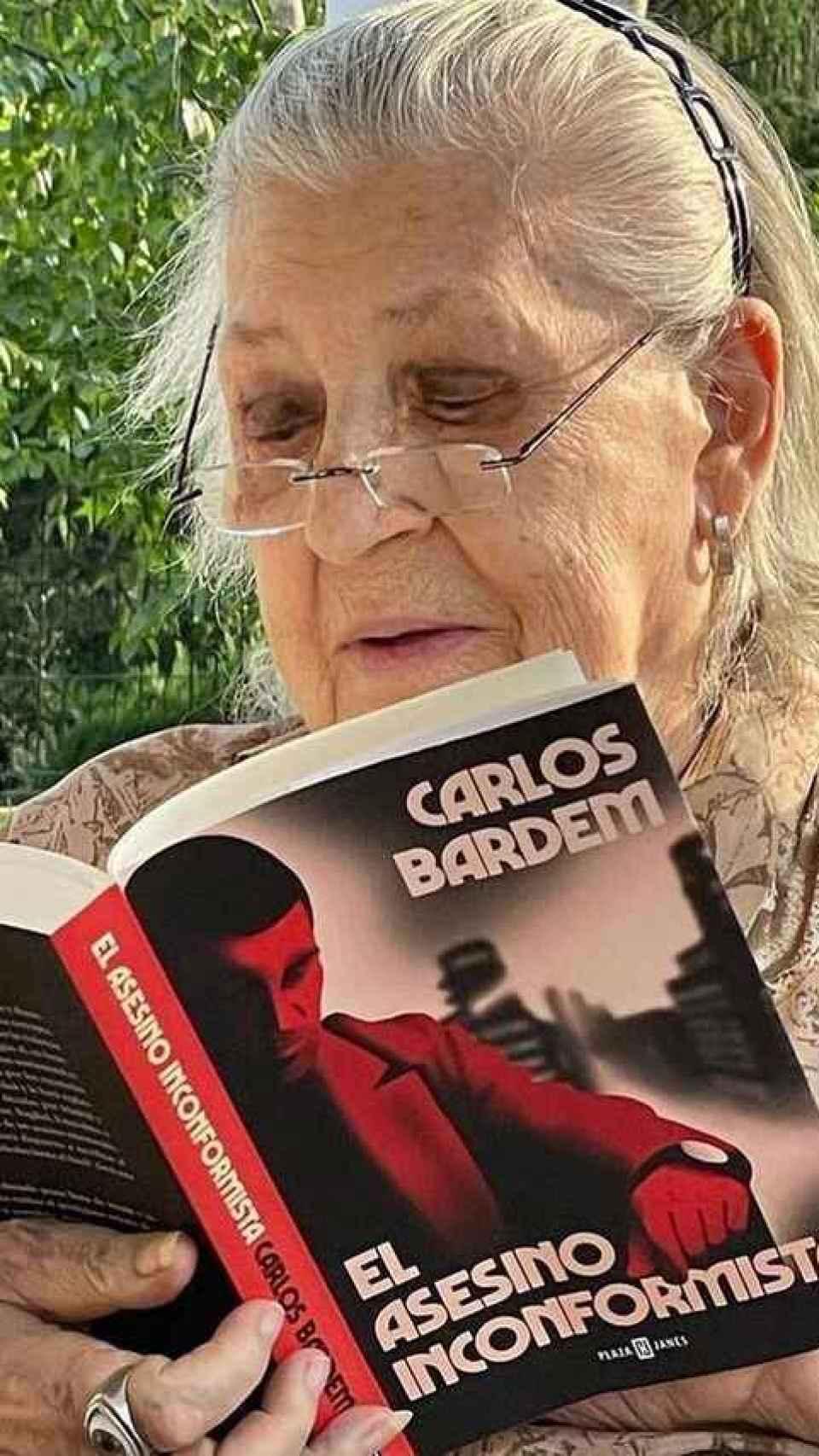 Pilar Bardem leyendo el libro de su hijo.