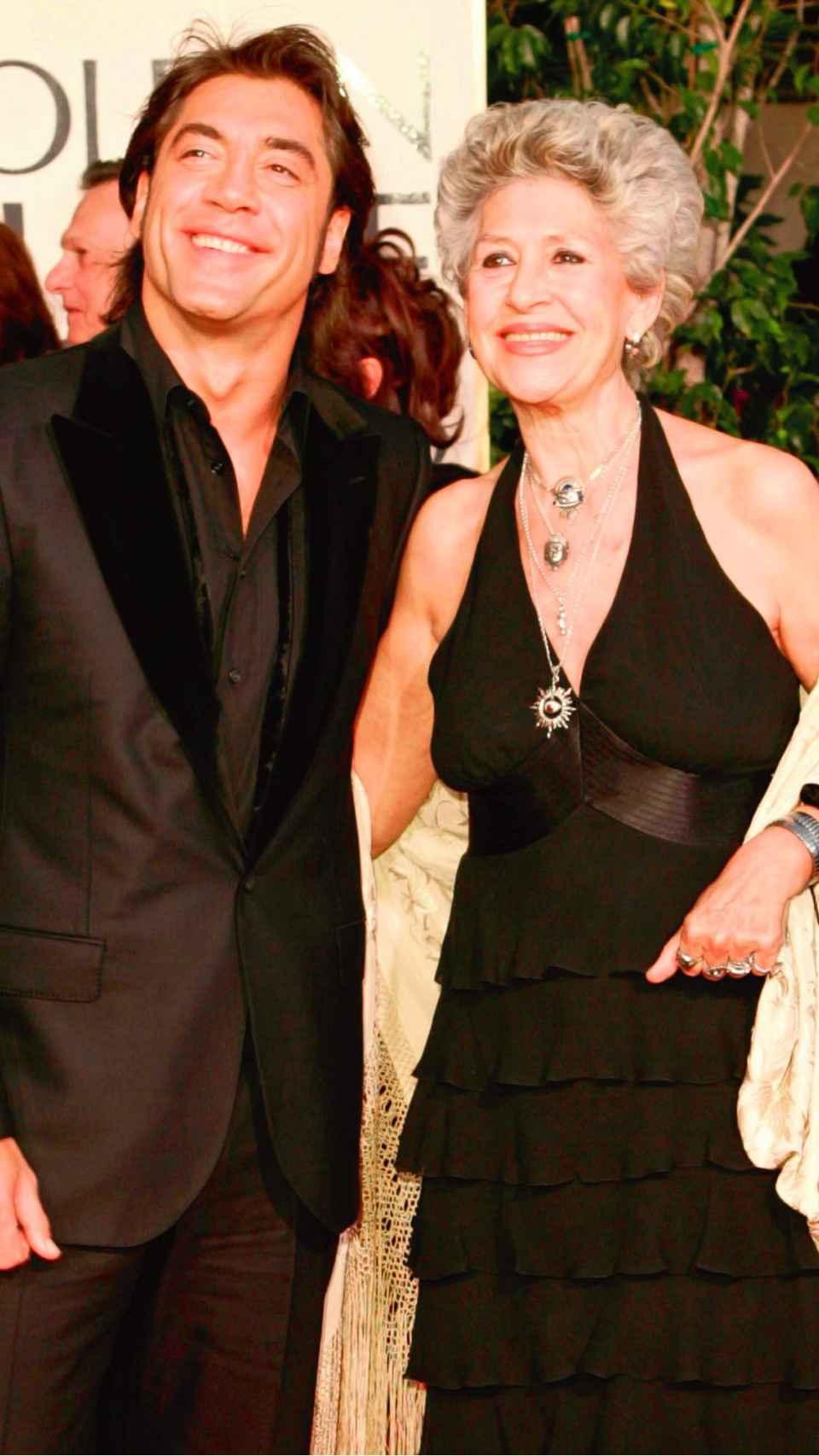 Pilar Bardem junto a su hijo Javier en una imagen de archivo en Los Ángeles en 2005.