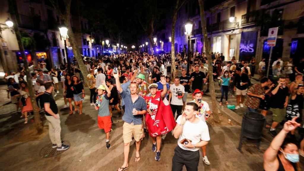 Gente paseando en el barrio de Born en Barcelona este fin de semana.