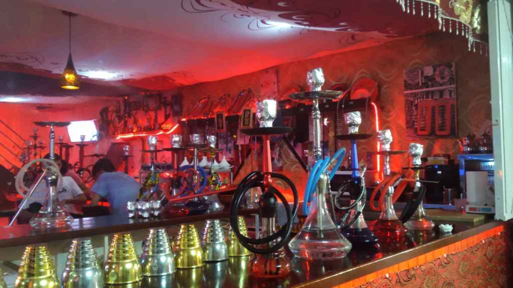 Varios modelos de cachimbas que se ofertan a clientes de un local del Zoco.