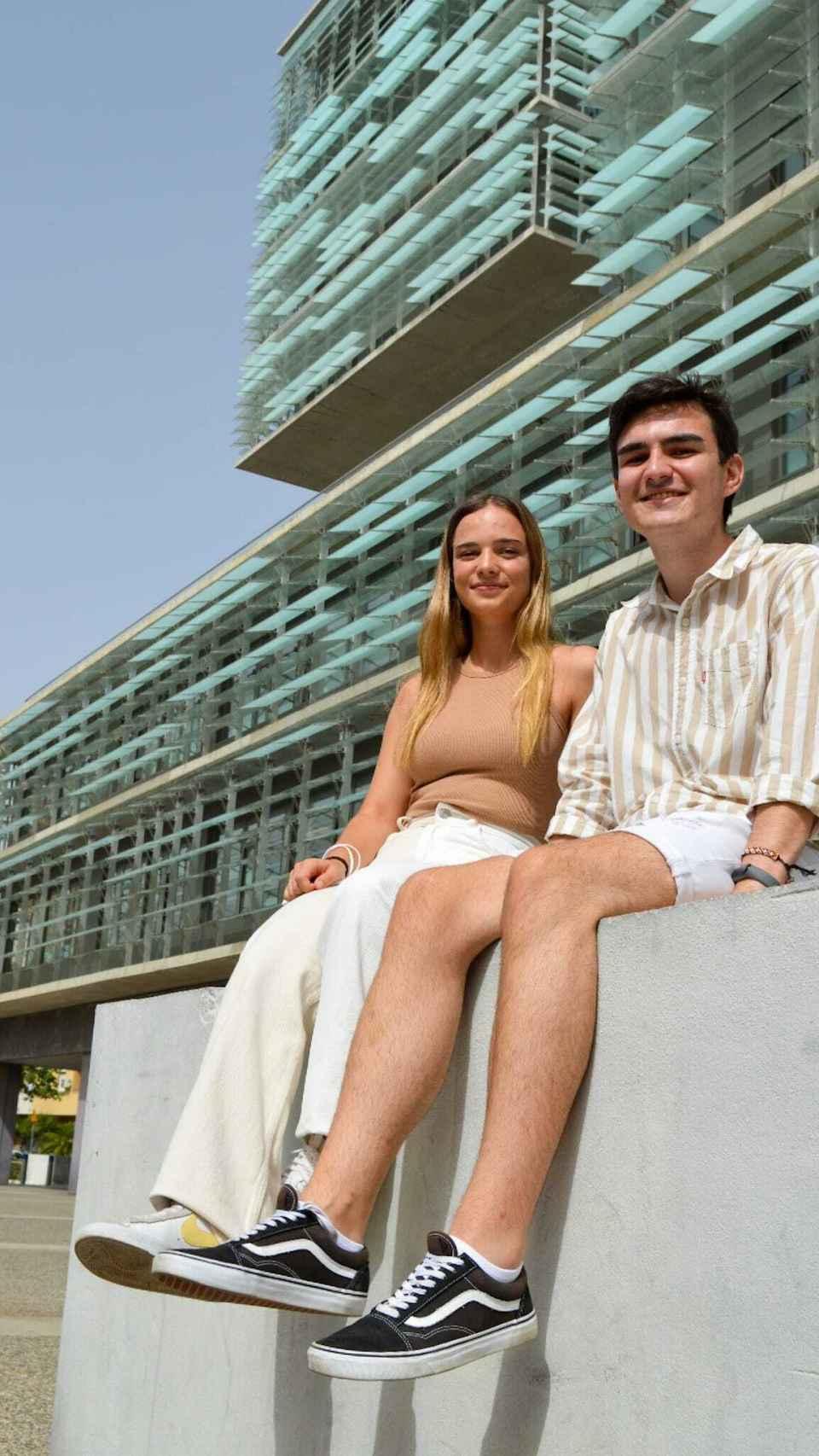 Pablo Campoy y Laura Medina posando frente a Urbanismo