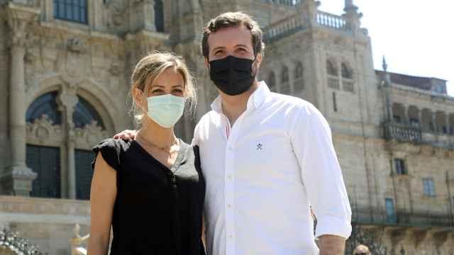 Pablo Casado y su mujer, Isabel Torres Orts, posando para los medios de comunicación este domingo.