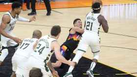 Jrue Holiday robándole el balón a Devin Booker en el quinto partido de las finales de la NBA entre los Milwaukee Bucks y los Phoenix Suns