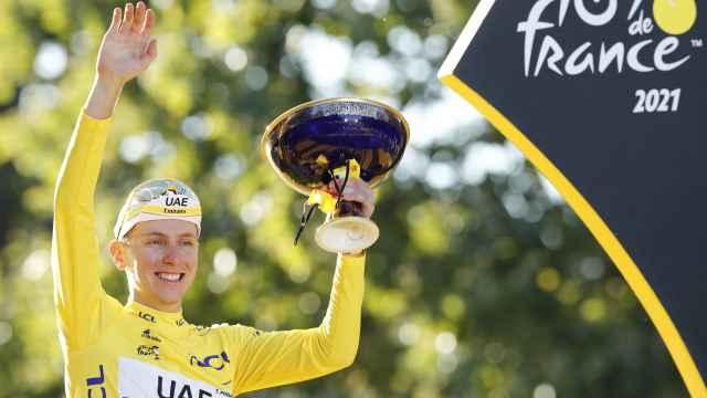 Pogacar con el título de campeón del Tour de Francia