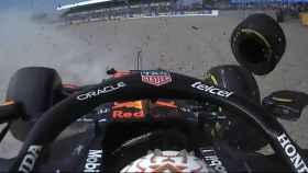 Verstappen sufre un brutal accidente en Silverstone tras un choque impresionante con Hamilton