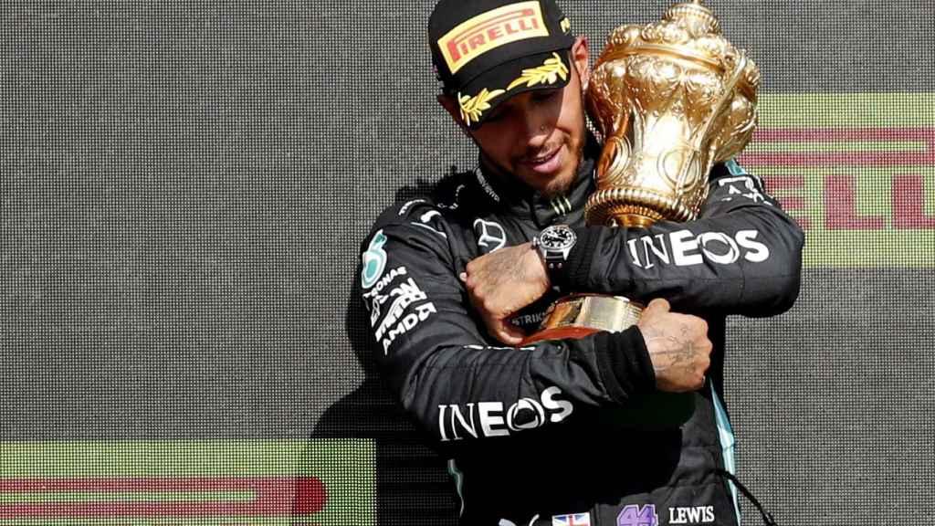 Hamilton con el título de campeón en Silverstone