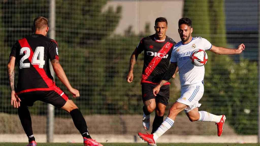 Isco intenta salir de la marca de dos jugadores del Rayo Vallecano