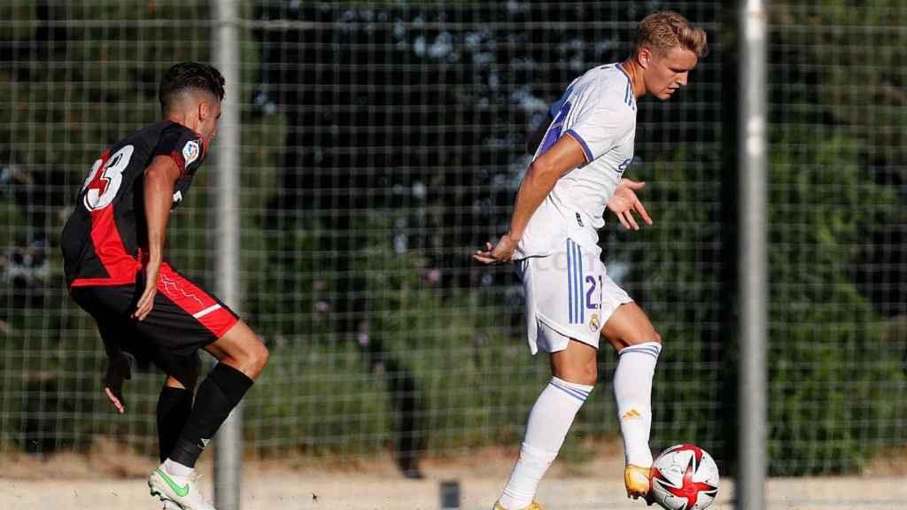 Martin Odegaard controla un balón de espaldas a la defensa