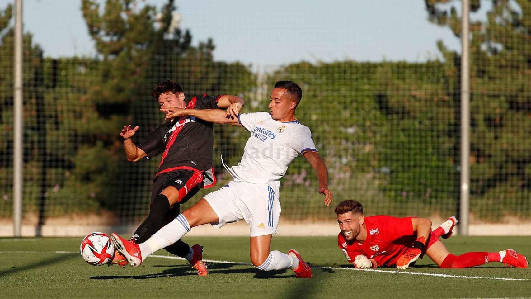 Lucas Vázquez intenta llegar a un balón forzado tras la salida de Luca Zidane