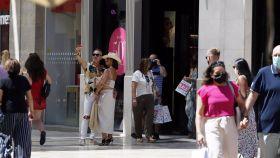 Un grupo de personas pasea por la calle Larios de Málaga.