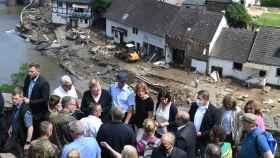 La canciller alemana Angela Merkel inspecciona los daños después de las fuertes inundaciones.