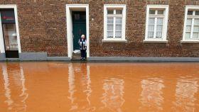 Una anciana espera a ser rescata en Alemania.