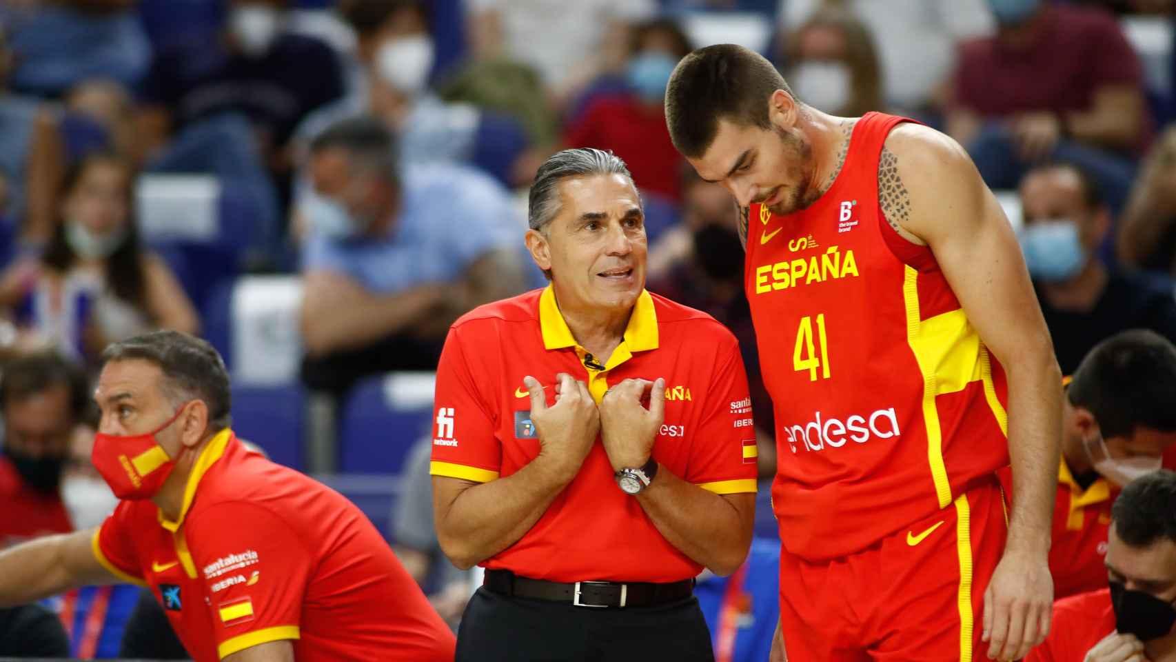 Sergio Scariolo y Juancho Hernangomez, en un partido amistoso previo a los Juegos Olímpicos