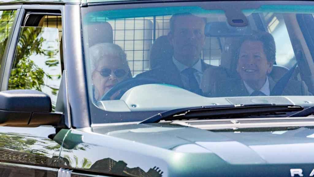 La Reina al volante de su propio coche.