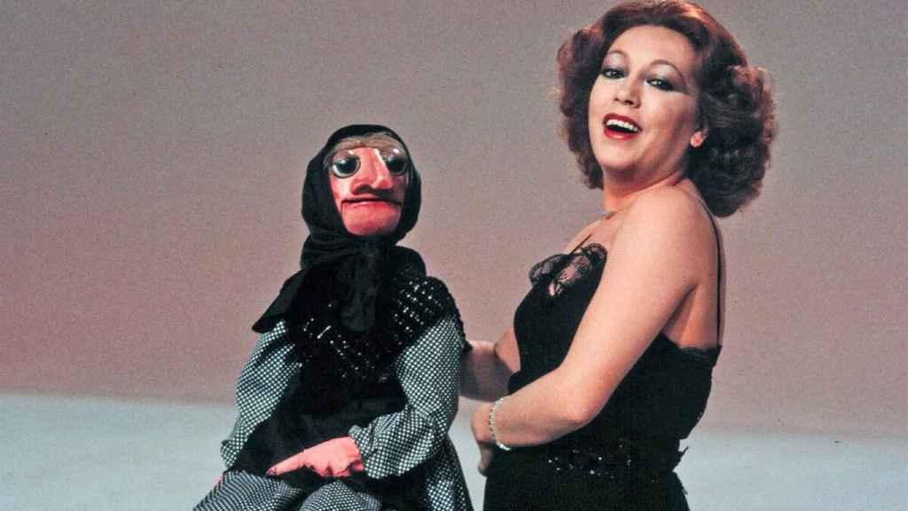 Mari Carmen y sus muñecos con Doña Rogelia