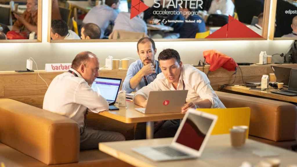 Tres participantes intercambian pareceres durante la pasada edición del de Starter Business Acceleration.