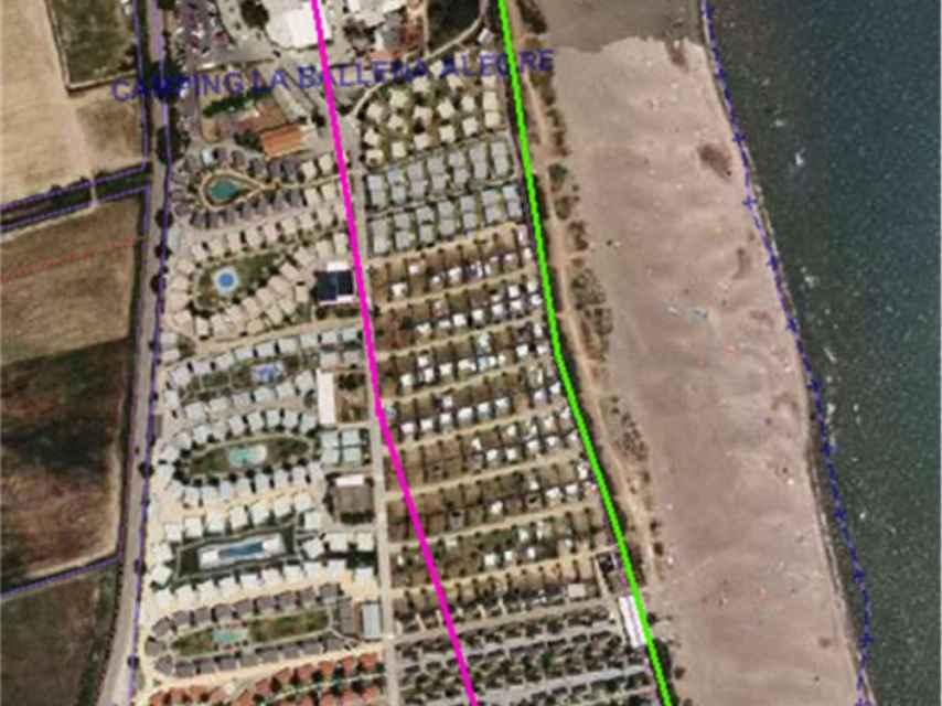 Los 100 bungalós que aparecen entre la línea morada y la verde ocupan ilegalmente la zona de protección de servidumbre de Costas.