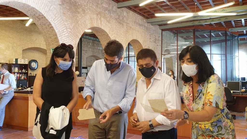Parra, Mazón y Reyes en la visita al Instituto de Estudios Giennenses.
