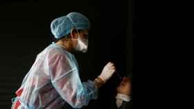 Una sanitaria realizando un test Covid.