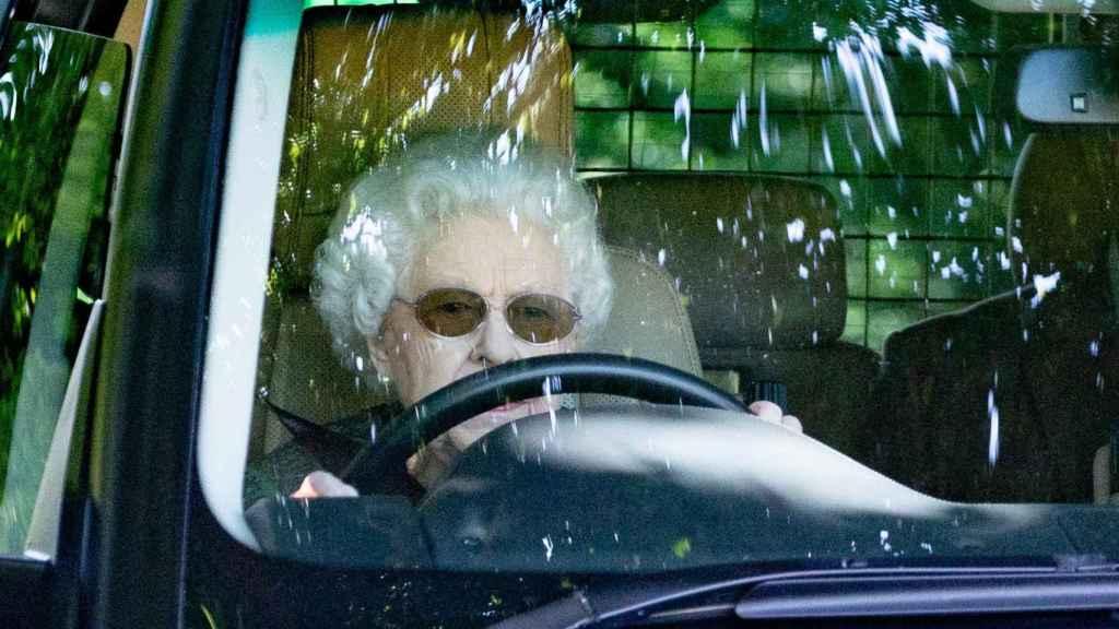 La reina Isabel II viaja a su casa de Wood Farm.
