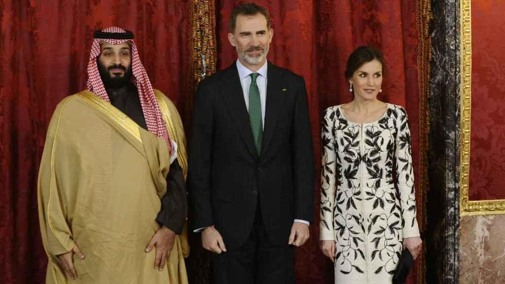 Los Reyes de España junto al Príncipe saudí durante un encuentro en el Palacio Real en 2018.