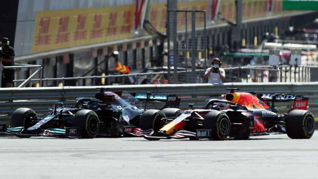 El momento previo al toque entre Lewis Hamilton y Max Verstappen en Silverstone