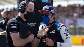Fernando Alonso habla con su ingeniero de Alpine