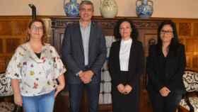 Dolores González /segunda por la derecha), en una imagen de archivo juntos a otros representantes políticos