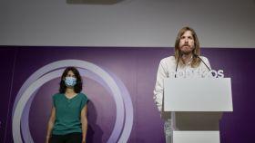Los portavoces de Podemos, Isa Serra y Pablo Fernández, durante una rueda de prensa.