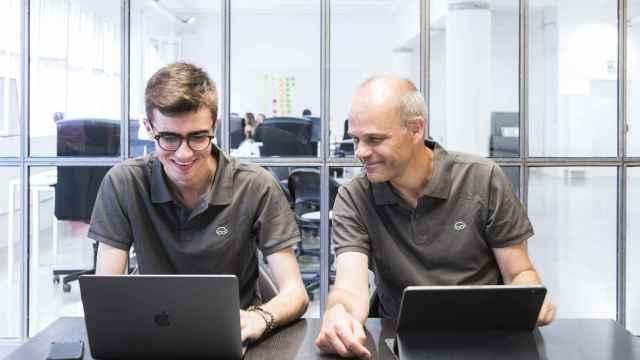 Ricard Guillem e Íñigo Diego son los cofundadores de la plataforma Cafler que atomiza el circuito de movilidad en el automóvil y concatena los servicios demandados.