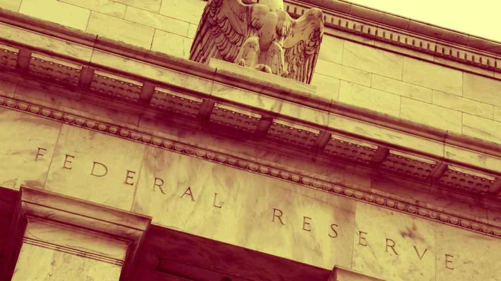 Una escultura de un águila a la entrada de unas oficinas de la Fed.