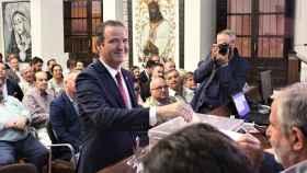 Pablo Atencia, presidente de la Agrupación de Cofradías, votando en las elecciones de 2018.