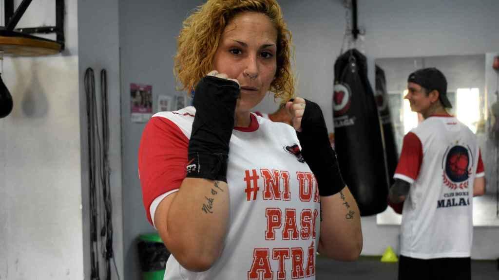 Adela Bravo, miembro del club de boxeo, posa en el gimnasio.