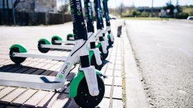 Un grupo de patinetes eléctricos.